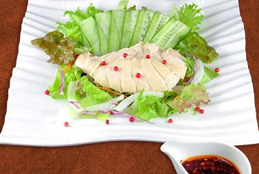 <strong>よだれ鶏</strong><br>しっとり柔らかく仕上げた蒸し鶏に花椒の効いた香味ソースが食欲をそそる一品。